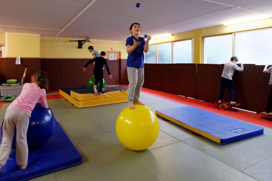 Equilibre sur objet: rola-bola, boule d'équilibre, échasses, monocycle