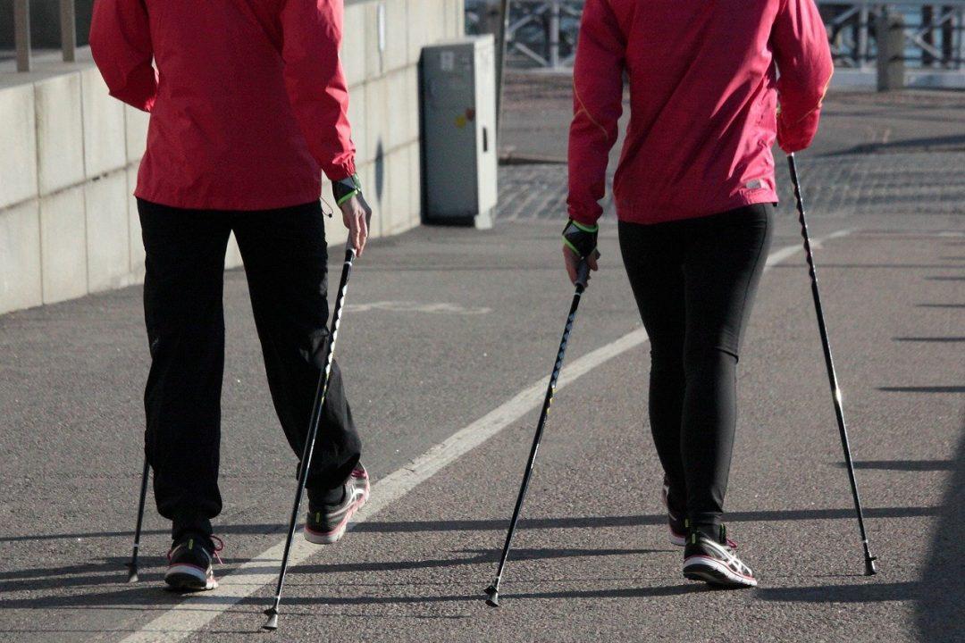 Une marche sportive avec des bâtons pour stimuler tout le corps
